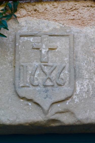 Sur le linteau du presbytère